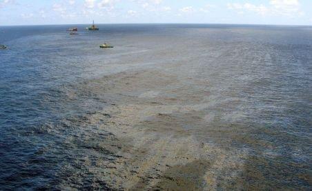 Aproape 4.000 de barili de petrol plutesc în derivă în apele Atlanticului