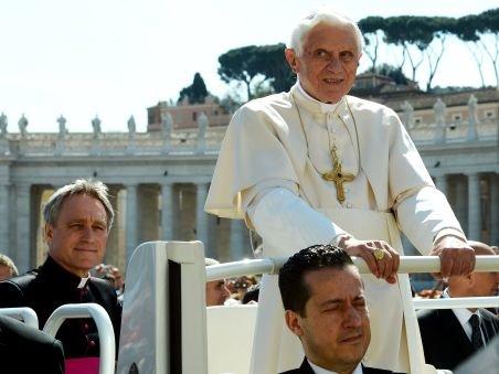 Fostul asistent al Papei Benedict a fost plasat în arest la domiciliu. Ce acuzaţie i se aduce