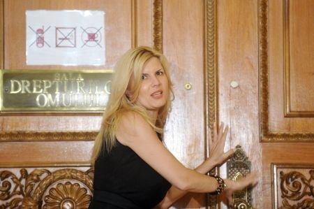 """Hoţie în curtea Elenei Udrea. """"Am găsit la Ministerul Dezvoltării jaf pe bani publici"""""""