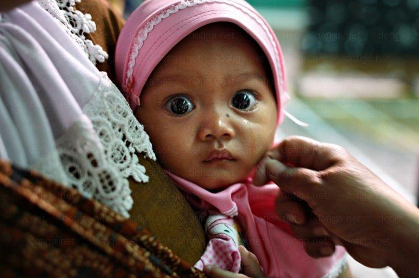 Blestemul de a te naşte fată în această ţară. Chinul la care sunt supuse copilele în numele religiei