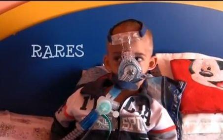 Dă o şansă la viaţă unui băieţel de 3 anişori care nu poate respira singur