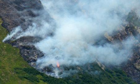 Incendiul izbucnit pe 15 iulie în Bucegi nu a fost încă stins