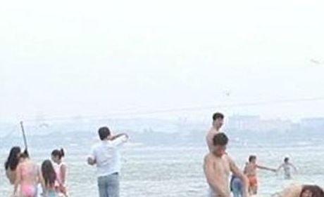 Plaja era plină de copii, dar asta nu i-a împiedicat să încingă o partidă. Reacţia surprinzătoare a martorilor