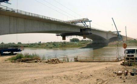 Cum să furi un pod cu tractorul? S-a întâmplat în România