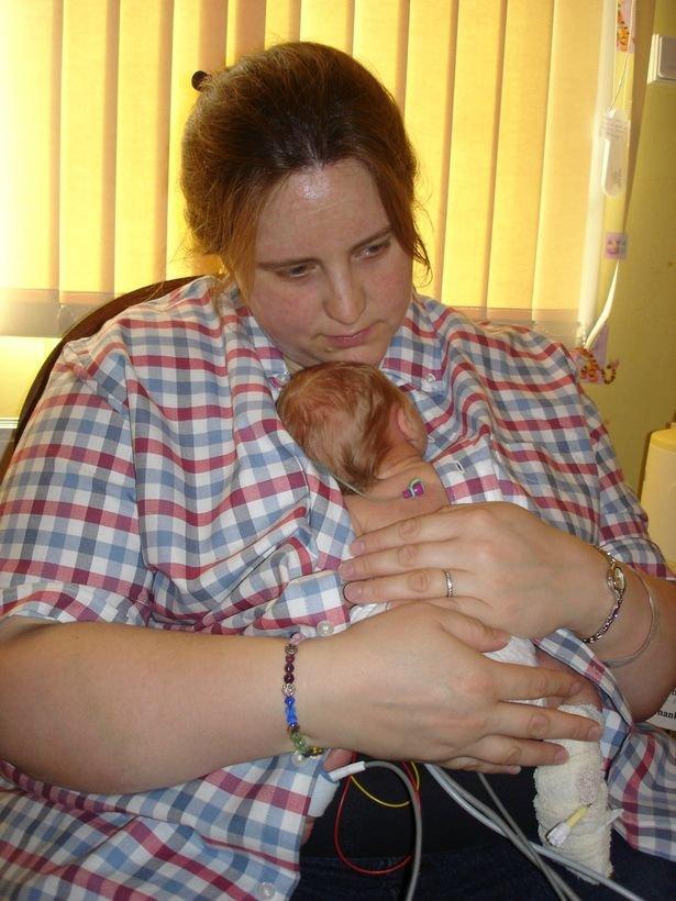 Îşi ţine bebeluşul la piept pentru ultima dată. Imaginea la care milioane de oameni au plâns şi miracolul care a învins moartea