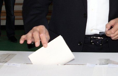 Galaţi. Doi miri au mers la secţia de votare direct de la nuntă