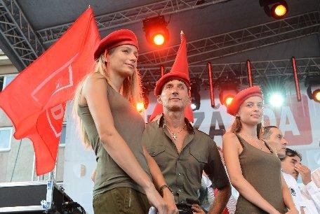 Radu Mazăre a mers la vot însoţit de zeci de tinere: Hai fetele, alinierea şi la vot!