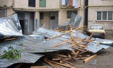 Furtună în Reşiţa. În câteva minute, acoperişul unui bloc a căzut la pământ