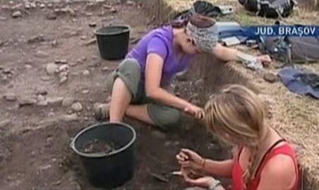 Comori nebănuite în pământul din Râşnov. Arheologii au găsit mai multe monede şi artefacte romane importante