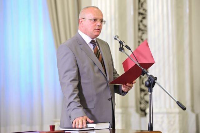 Cum s-au bătut deputaţii PDL până la ora două noaptea pentru a-l face judecător la Curtea Constituţională pe Mircea Ştefan Minea