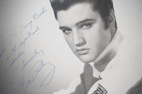 O Biblie care a aparţinut lui Elvis Presley s-a vândut pentru aproape 100.000 de dolari