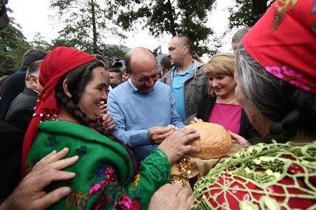 Băsescu: Nimeni nu le poate interzice romilor libera circulaţie cât timp sunt cetăţeni UE