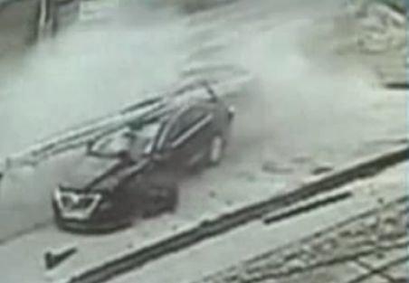 """ACCIDENT SPECTACULOS, în Târgu Jiu. O maşină s-a """"înfipt"""" într-un stâlp de electricitate"""