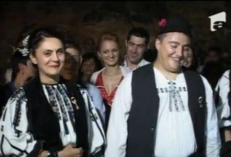 Doi tineri s-au căsătorit în Peştera Muierii. Ce haine au purtat în timpul ceremoniei