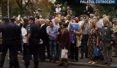 Protest cu îmbrânceli la Palatul Cotroceni. Vezi ce i-a supărat pe manifestanţi