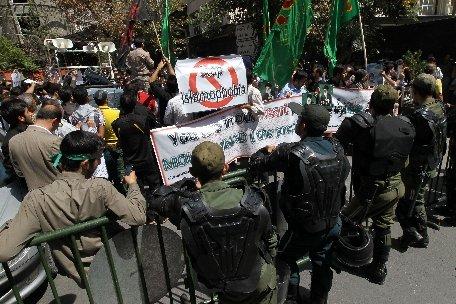 """Teheran. Circa 300 de persoane au manifestat în faţa ambasadei Franţei: """"Moarte Americii!"""", """"Moarte Israelului!"""", Moarte Franţei!"""""""