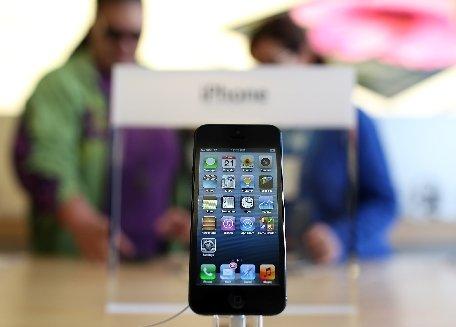 """Un hacker american susţine că a reuşit să """"spargă"""" iPhone 5"""