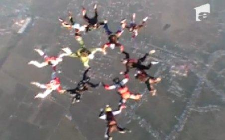 Record al paraşutiştilor români. 16 profesionişti au reuşit o prindere în cădere liberă în formă de stea