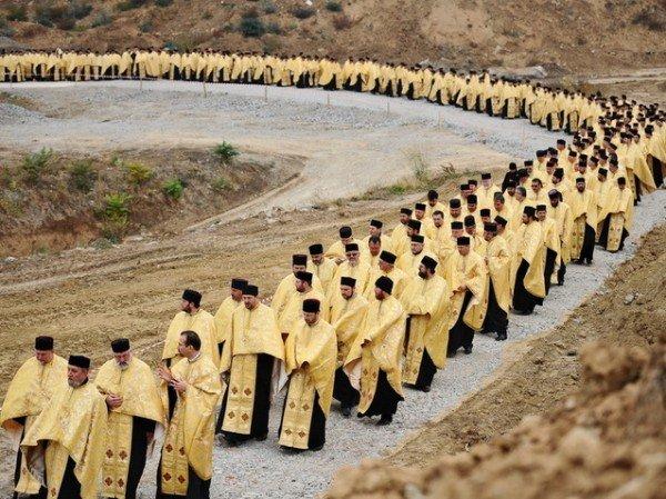 """Au salarii cu multe """"zero-uri"""", iar tu le plăteşti leafa în fiecare lună. Cum ajung preoţii să fie plătiţi din banii tăi?"""