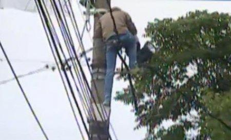 Un bărbat ameninţă că se aruncă de pe o macara în cartierul Pajura din Capitală