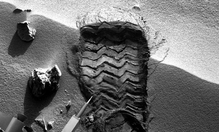 """""""La prima vedere, se pare că omul a călcat pe Marte"""". Cea mai nouă imagine trimisă de Curiosity pe Terra"""