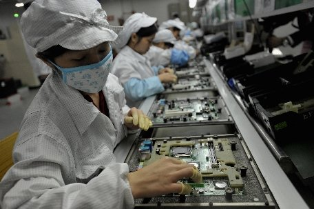 Mii de salariaţi ai unei fabrici unde se produc componente pentru iPhone 5 au intrat în grevă generală