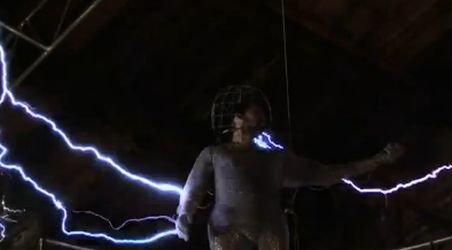 David Blaine, cascadorul extrem. Vezi aici cum înfruntă o furtună ELECTRICĂ