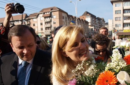 Flutur: Elena Udrea ar fi putut candida oricând într-un colegiu din Suceava. A făcut foarte multe pentru judeţ