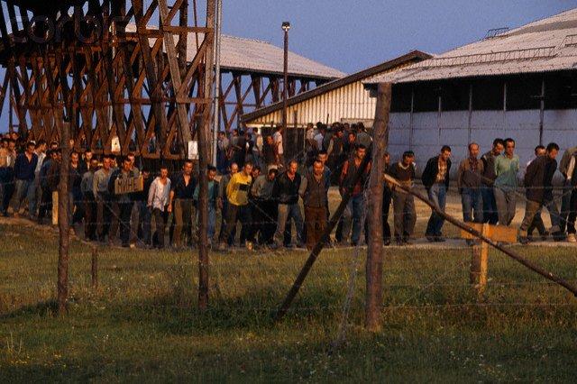 Foştii duşmani, uniţi de un scop comun: Bosniacii, croaţii şi sârbii cer compensaţii pentru perioada petrecută în lagăre