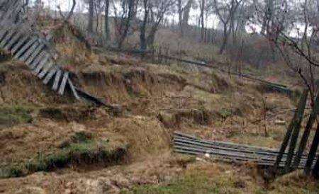 Seceta pune la pământ o comună dâmboviţeană. Casele au început să crape şi pământul de pe dealuri a început să alunece