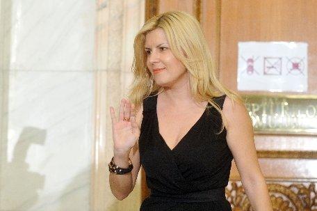 Elena Udrea are de tras pentru colegiul în care candidează. Localnicii nu ştiu exact cine este
