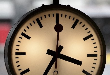 Nu uitaţi să daţi ceasul în urmă! România trece, în noaptea de sâmbătă spre duminică, la ora oficială de iarnă