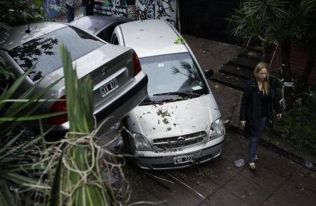 Ploile torenţiale au paralizat Buenos Aires şi suburbiile. O persoană a murit înecată în propria locuinţă