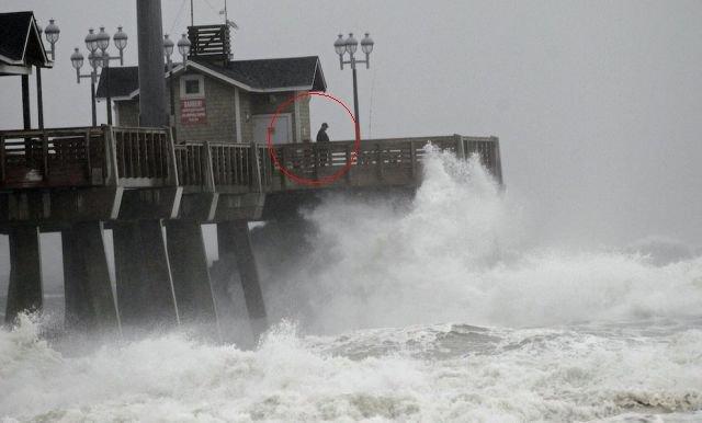 Uraganul Sandy le-a luat minţile. FOTOGRAFII cu americani care şi-au riscat viaţa pentru o clipă de distracţie