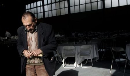 Sute de greci s-au bătut pe o farfurie cu mâncare caldă. Grecia intră în al şaselea an de criză