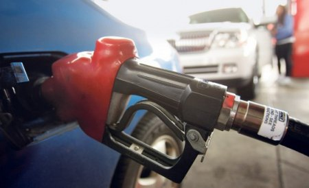 În două state din UE benzina s-a IEFTINIT. La noi se scumpeşte văzând cu ochii. Raportul pe anul 2012