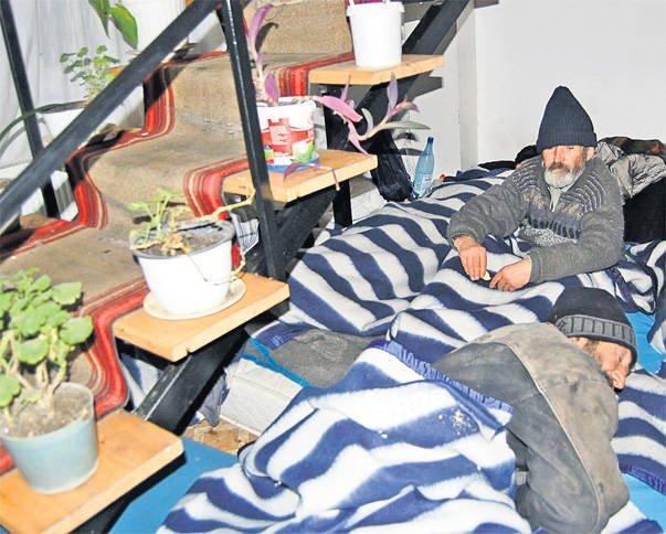 Oamenii străzii, foarte afectaţi de ger. Au fost strânşi de poliţişti şi duşi într-un azil de noapte
