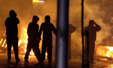 Irlanda de Nord. Proteste violente împotriva deciziei primăriei Belfast de a nu mai arbora permanent drapelul britanic