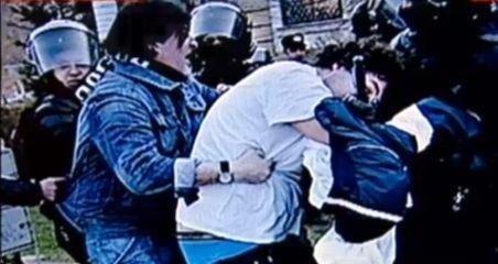 Imagini ŞOCANTE. Un adolescent este bătut crunt de jandarmi - cu ţigara în gură
