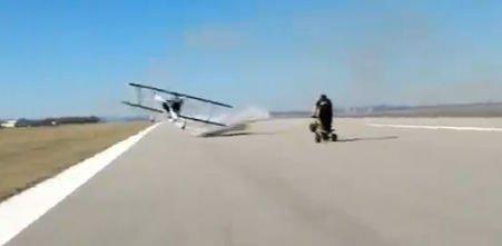 Doi tineri au fost la un pas să fie loviţi de... un avion!