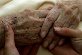 Umiliţi, singuri, bolnavi şi bătuţi cu sălbăticie de cei care ar trebui să îi îngrijească. Asistenta unui cămin de bătrâni, acuzată că i-a rupt mâna unei paciente