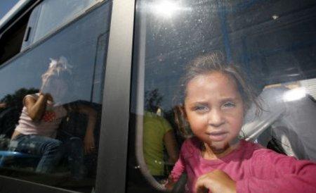 O cursă charter cu o sută de romi repatriaţi voluntar din Franţa a aterizat la Timişoara