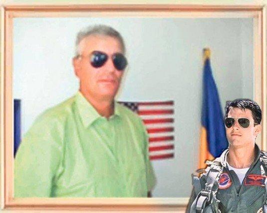 """Top Gun la Deveselu. Viceprimarul localităţii s-a pozat ca Tom Cruise """"din pasiune pentru aviaţie"""""""