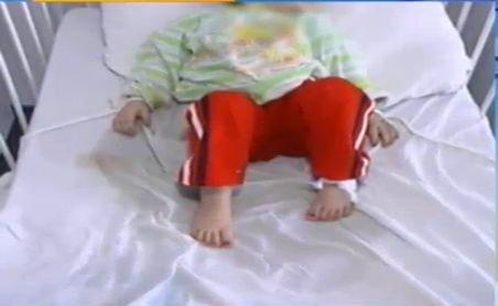 Imagini ŞOCANTE: Copii legaţi de paturi în spitalele din România