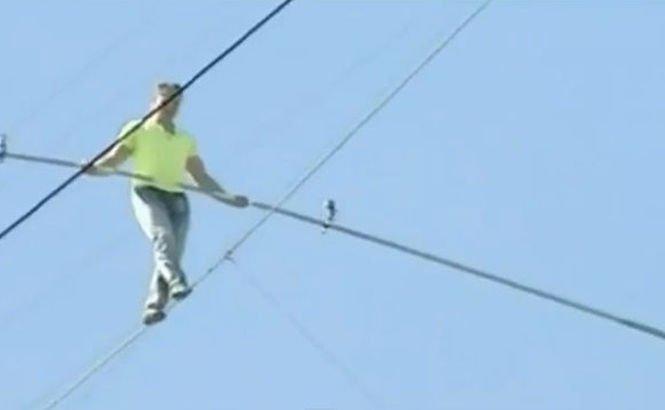 Cascadorie extremă: Pe sârmă, la 60 de metri înălţime, fără echipament de siguranţă