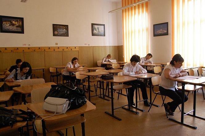 """Elevii sunt în febra examenelor, sub """"ochiul"""" camerelor video. Au început simulările pentru Bacalaureat şi Evaluarea Naţională"""