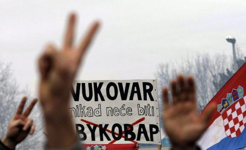 Zeci de mii de croaţi au manifestat la Vukovar împotriva introducerii unor inscripţii bilingve