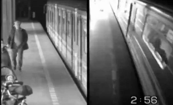 A căzut pe şinele de metrou şi două trenuri au trecut peste ea. Oroarea, filmată de camerele de supraveghere