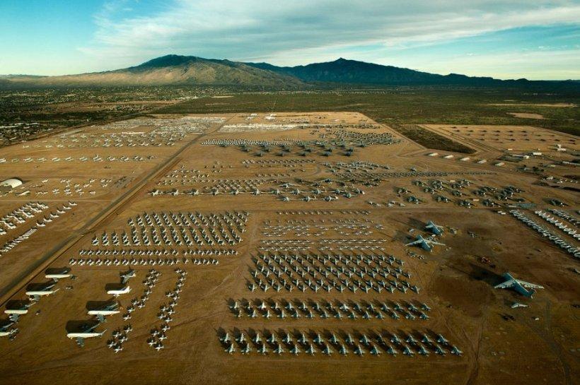 """Locul în care """"păsările"""" de război se duc să moară. Imagini spectaculoase din cimitirul de avioane al Forţelor Aeriene Americane"""