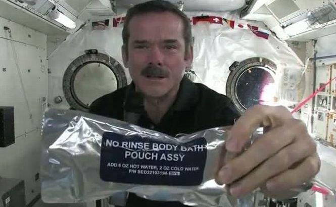 O activitate comună pe Terra, dar o adevărată provocare în spaţiu. Cum se spală pe mâini astronauţii